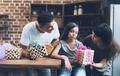 padres que regalan mucho en Navidad convierten a sus hijos en frustrados; según experto.