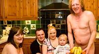 15 extrañas y aterradoras fotos familiares que te sacarán una carcajada