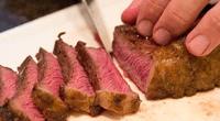 Te presentamos cómo un mesero brasilero la rompe en la técnica del corte de carne, logrando cortar un trozo de gran tamaño en solo 10 segundos.