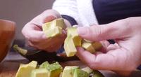 Te presentamos un sencillo video para cortar una palta para ensalada en cincos segundos-
