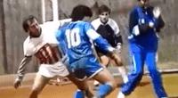 Diego Armando Maradona, ex jugador argentino, juega fulbito en una cancha de tenis.