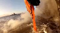 Lava volcánica en el mar.