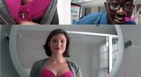 Con el fin de llamar más la atención de los transeúntes la mujer llevo un escote bastante abierto y sugerente.