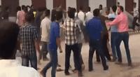 Obreros desatan su furia contra la Policía.