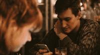 Joven se enamoró de chica en un bar, e inició una insólita campaña para contactarla