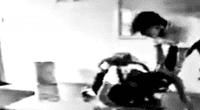Alumno golpea brutalmente a su compañera y nadie la ayuda.