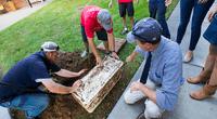 Estudiantes de universidad estadounidense desenterraron misteriosa cápsula del tiempo de hace un cuarto de siglo