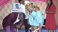 """Pastor quita calzón de fiel para que entre el """"Espíritu Santo"""" y todos aplauden."""