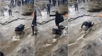 Adolescentes forzaron a su compañero a ser un puente humano y caminaron sobre él.