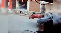 El vehículo embistió contra la mujer y su pequeño hijo.