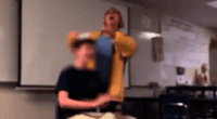 A la fuerza, cortó el cabello de su alumno.