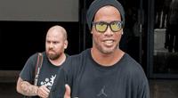 """Ronaldinho desata polémica por usar a su """"doble"""" en su último evento con el fin de evadir a la prensa"""