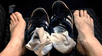 Hombre contrajo una grave infección pulmonar por oler sus medias sucias a diario