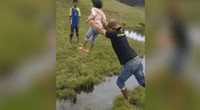 Lanza a su hija para no mojarse, pero gravedad hace lo suyo y lo deja en ridículo.