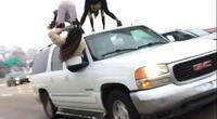 Mujeres realizan peligroso baile sobre una SUV en movimiento