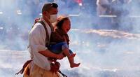 Monjes budistas caminan sobre brasas ardientes en Japón.