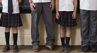 ¡Insólito! Escuela abre las camisas de sus estudiantes para verificar el color de su brasier
