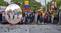 Madre retira a su hijo de protestas en Colombia a 'correazos'.