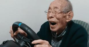 El anciano de 93 años ha demostrado su pasión por los videojuegos de conducción en su canal de YouTube./Fuente: YouTube.