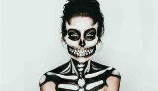 Con un poco de maquillaje de teatro blanco y negro puedes recrear este look