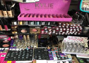 Las autoridades decomisaron productos falsos con etiquetas de marcas reconocidas como Urban Decay, NARS, MAC, Kylie Cosmetics por Kylie Jenner, entre otras