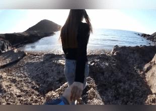 El gesto que hizo al final del video causa indignación en redes sociales.
