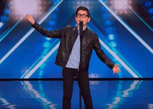Niño cautiva a público estadounidense cantando popular tema de José José