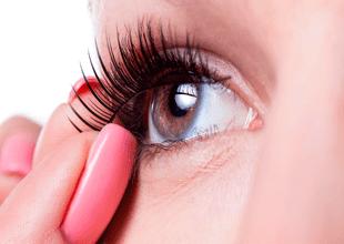Las infecciones de la córnea y parpados es uno de los principales peligros del uso de pestañas postizas.