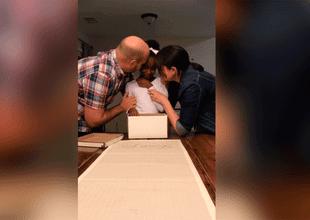 Pareja de esposos decidió sorprender a una pequeña con el mejor regalo de su vida