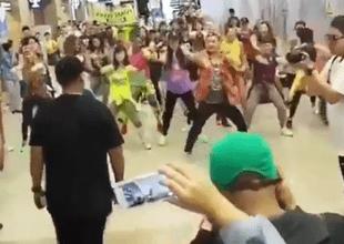 """fanáticos chinos sorprendieron a Daddy Yankee en aeropuerto con 'flasmob' de """"Dura"""""""