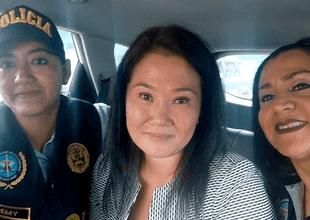 La fotografía de dos agentes con Keiko Fujimori.