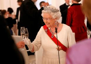 La reina Isabel mantiene una antigua e insólita tradición con sus invitados durante la cena de Nochebuena