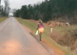 Autobús escolar suspendió a niña de 10 años por hacer bullying a sus compañeros, y el padre de la menor decidió darle un peculiar castigo