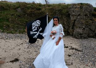 Se acabó el amor entre la imitadora del personaje de Piratas del Caribe y el fantasma del pirata.