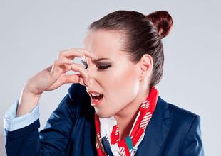 """¿Has viajado en avión y tu """"compañero"""" olía mal? Aeromoza revela truco para viajar tranquilos."""