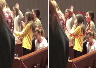 """Captan a niña bailando la """"Macarena"""" mientras fieles predican en iglesia cristiana."""