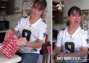 Mujer desprecia pequeño regalo de su hija, pero cuando lo abre estalla de lágrimas.