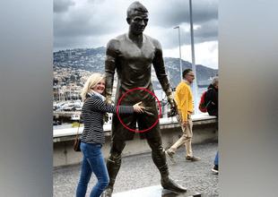 """Estatua de Cristiano Ronaldo atrae la picardía de mujeres tras presumir """"enorme"""" bulto."""