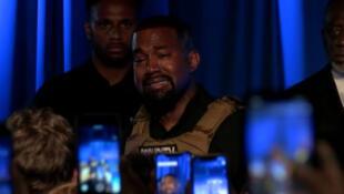 """""""Casi mato a mi propia hija"""": Kanye West llora desconsoladamente durante su primer mitin de campaña electoral (VIDEO)"""