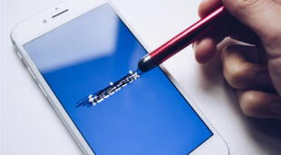 Los usuarios de iPhone pasaron por graves aprietos cuando notaron que sus sesiones de Facebook fueron cerradas súbitamente y sin razón aparente./Fuente: Unsplash.