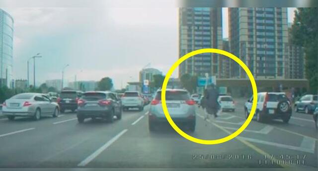 ¿Realmente este hombre evitó el tráfico montado en un avestruz?