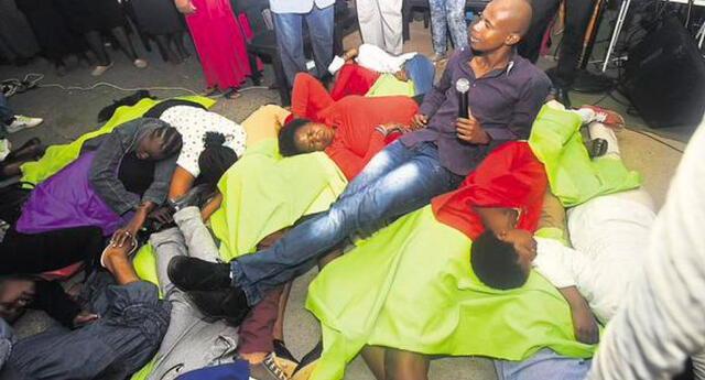 ¡Indigante! Pastor utiliza a personas como alfombra humana