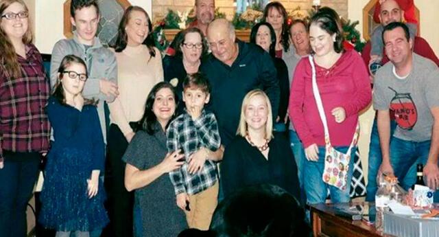 Un 'pequeño' detalle arruinó la foto familiar, fíjate en los ojos, ¿puedes verlo?