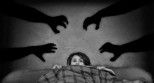 Cuando despertó su celular había grabado voces, pero ella vive sola
