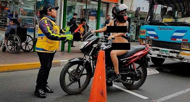 Mujer se pasea desnuda en su moto y sorprende a transeúntes