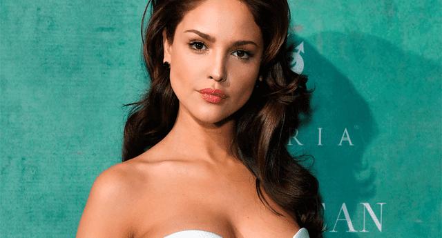 No es la primera vez que la actriz se deja ver paseando con sexys polos en los que se nota que no lleva brasier