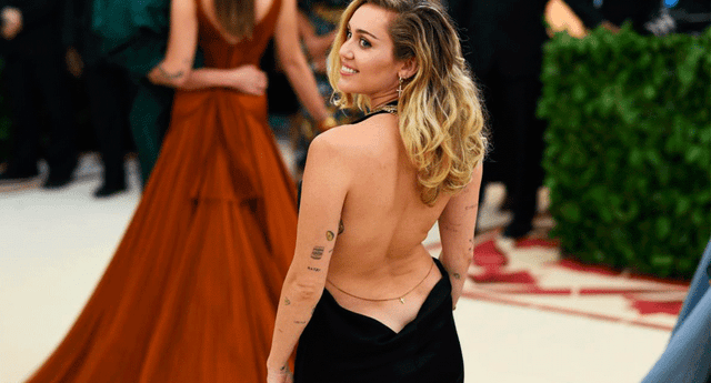 Miley Cyrus lució un escotado vestido, que dejaba al desnudo toda su espalda durante la MET gala 2018