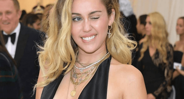 Paparazzis captaron a famosa tocando el 'derriere' de Miley Cyrus.