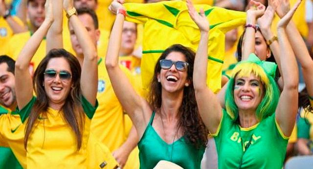 Hinchas brasileñas animaron el debut de Brasil en Rusia 2018 con atrevidos topless