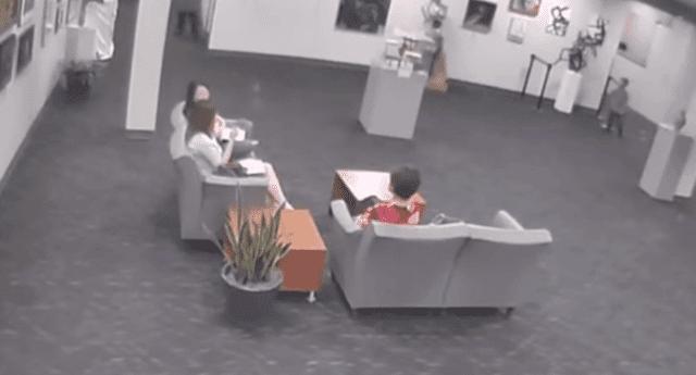 Cámara de seguridad de museo de Kansas registró el momento en que un niño rompe una millonaria estatua de vidrio